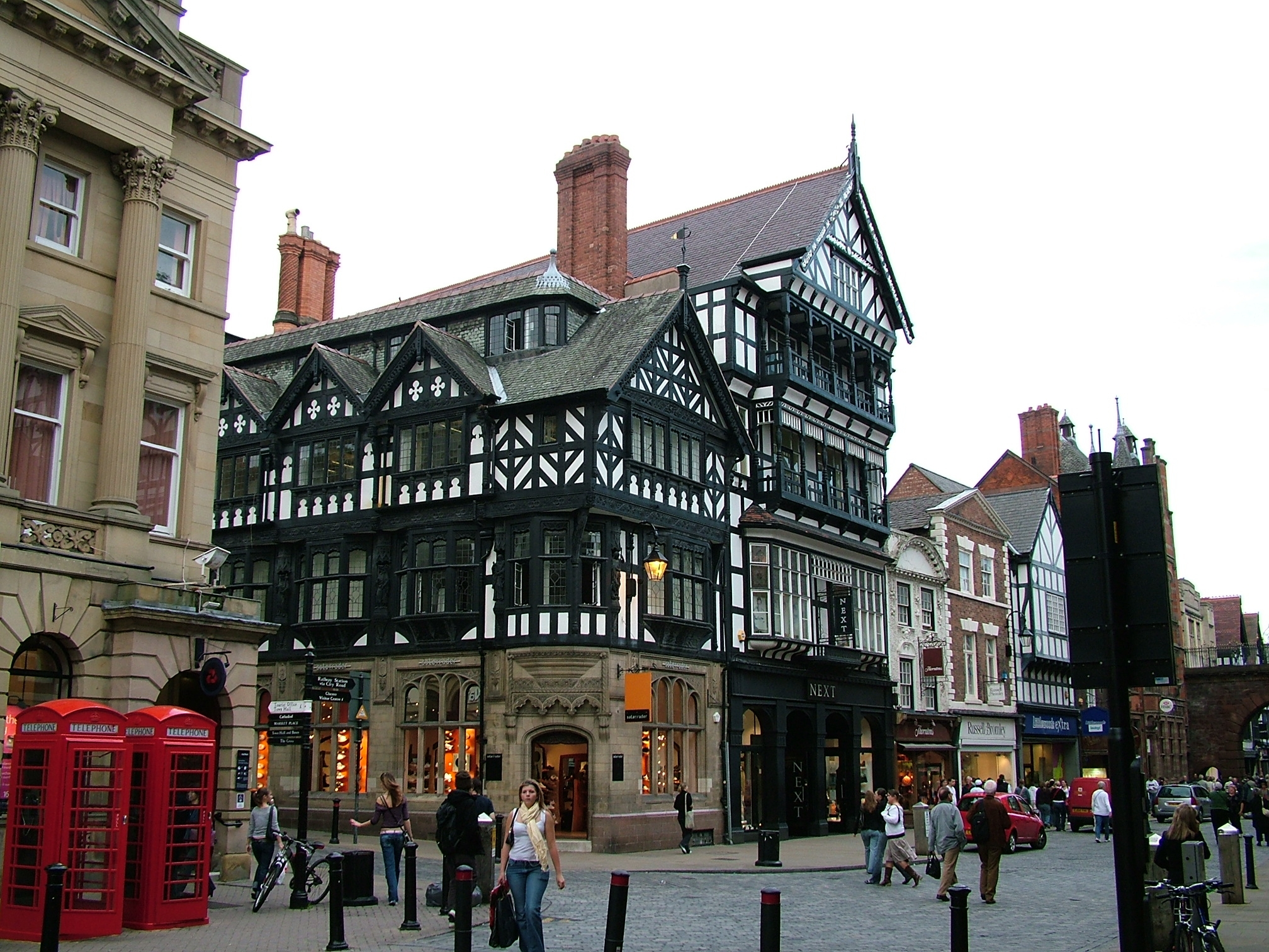 chester_-_shops_in_city_centre_-_2005-10-09
